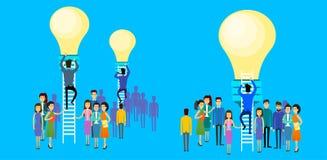 Gens d'affaires asiatiques de groupe d'homme d'affaires d'escaliers de Climb Up Ladder au nouveau concept d'idée d'ampoule Images libres de droits