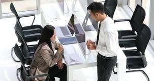 Gens d'affaires asiatiques parlant dans le bureau banque de vidéos