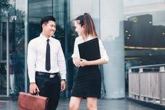 Gens d'affaires asiatiques parlant en dehors du bureau après travail photo stock