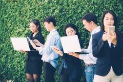 Gens d'affaires asiatiques rencontrant le concept numérique d'entreprise de connexion de dispositif sur le mur d'arbre photographie stock libre de droits