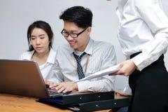 Gens d'affaires asiatiques travaillant ensemble sur un ordinateur portable au bureau Concept brainstroming de travail d'équipe Fo Photo stock