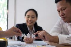 Gens d'affaires assemblant le morceau de puzzle ensemble travailleur t de Co photographie stock libre de droits