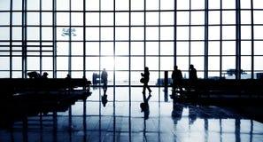 Gens d'affaires attendant dans le terminal d'aéroport image stock
