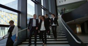 Gens d'affaires au hall de l'immeuble de bureaux banque de vidéos