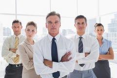 Gens d'affaires avec des bras croisés dans leur bureau Image stock