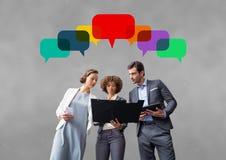 Gens d'affaires avec des bulles de la parole sur le fond gris Photos stock