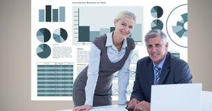 Gens d'affaires avec des dossiers fonctionnant contre des graphiques Photo libre de droits