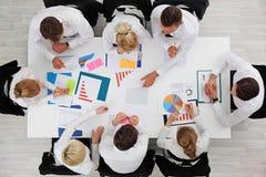 Gens d'affaires avec des statistiques Images libres de droits