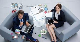 Gens d'affaires avec des technologies regardant des graphiques Photos libres de droits