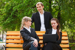 Gens d'affaires avec l'ordinateur portatif Photo libre de droits