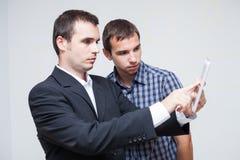 Gens d'affaires avec le comprimé numérique Image libre de droits