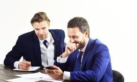Gens d'affaires avec le smartphone et les documents Image stock
