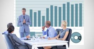 Gens d'affaires ayant la discussion avec le graphique à l'arrière-plan Image stock