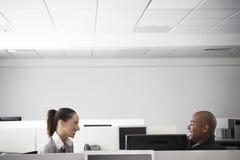 Gens d'affaires ayant la réunion dans le compartiment de bureau photo libre de droits