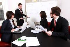 Gens d'affaires ayant la réunion du conseil d'administration Photographie stock libre de droits