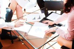 Gens d'affaires ayant le contact dans le bureau image stock