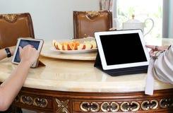 Gens d'affaires ayant le déjeuner et le travail avec le thé d'ipad et le franc frais Image stock