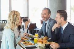 Gens d'affaires ayant le repas dans le restaurant image stock