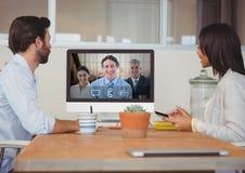 Gens d'affaires ayant un appel visuel avec le collègue sur l'ordinateur image libre de droits