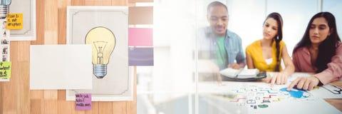 Gens d'affaires ayant une réunion avec l'effet de transition d'idées photos stock