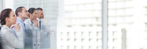 Gens d'affaires ayant une réunion avec l'effet de transition de bâtiments Images stock