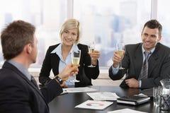 Gens d'affaires célébrant avec le champagne Images stock