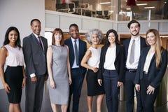 Gens d'affaires célébrant dans le bureau image libre de droits