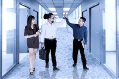 Gens d'affaires célébrant leur succès dans le bureau Photo libre de droits