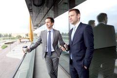 Gens d'affaires causant sur le balcon Photographie stock libre de droits