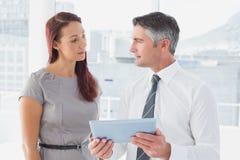 Gens d'affaires comparant des notes de travail photo libre de droits