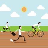 Gens d'affaires courant et montant la bicyclette dans le champ de courses Photographie stock
