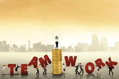 Gens d'affaires créant le mot du travail d'équipe Image libre de droits