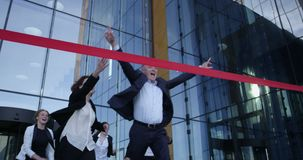 Gens d'affaires croisant la ligne d'arriv?e