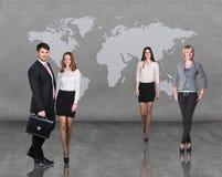 Gens d'affaires d'équipe avec la carte du monde Image stock