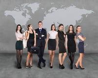 Gens d'affaires d'équipe avec la carte du monde Photographie stock libre de droits