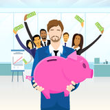 Gens d'affaires d'argent de Team Hold Piggy Bank Put Photographie stock