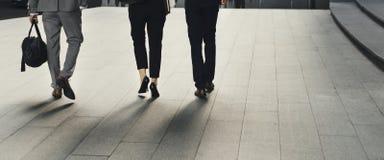 Gens d'affaires d'hommes de femmes de collègue de promenade Photos stock