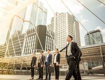 Gens d'affaires d'inspiration de buts de mission de succès de croissance regardant hors du cadre - futur concept photos stock