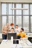 Gens d'affaires dans l'atelier d'apprentissage en ligne image libre de droits