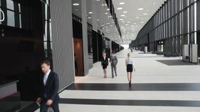 Gens d'affaires dans l'immeuble de bureaux banque de vidéos