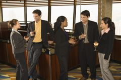 Gens d'affaires dans le bar. Photo stock