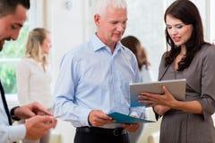 Gens d'affaires dans le bureau à la présentation courte Photo stock