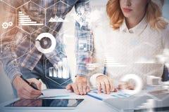 Gens d'affaires dans le bureau, infographics photographie stock