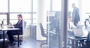 Gens d'affaires dans le bureau moderne Image libre de droits