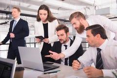 Gens d'affaires dans le bureau relié sur le réseau Internet Concept de compagnie de démarrage Image libre de droits