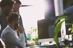 Gens d'affaires dans le bureau relié sur le réseau Internet Concept de compagnie de démarrage Photos stock
