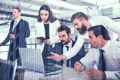 Gens d'affaires dans le bureau relié sur le réseau Internet Concept de compagnie de démarrage Double exposition Photos libres de droits