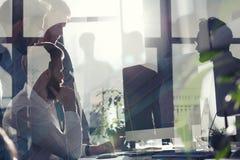 Gens d'affaires dans le bureau relié sur le réseau Internet Concept de compagnie de démarrage Double exposition Images stock