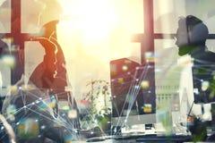 Gens d'affaires dans le bureau relié sur le réseau Internet Concept de compagnie de démarrage Double exposition Image stock