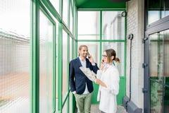 Gens d'affaires dans le hall vert photographie stock libre de droits